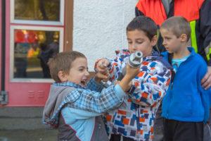 Kinderfeuerwehr mit Strahlrohr